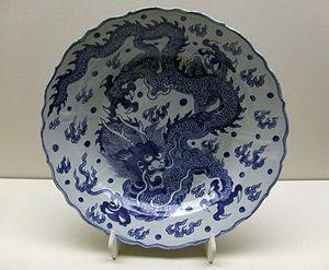 Un plat de la dynastie Ming en porcelaine bleue et blanche avec la représentation d'un dragon