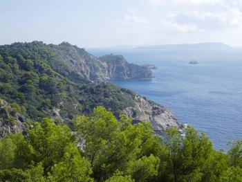 Depuis le Mont de  Salins, vers l'Est : les monts Sarranier, la Pointe du Gabian, les îlots du Grand et du Petit Sarranier