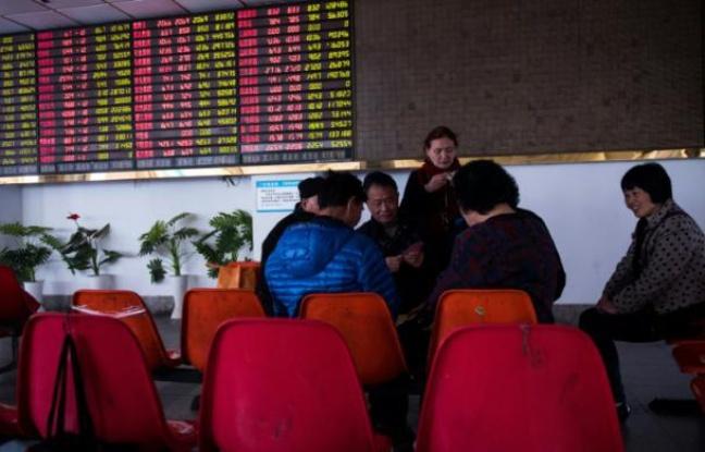 Des investisseurs surveillent les mouvements des titres financiers dans une maison de courtage à Shanghaï, le 28 mars 2016