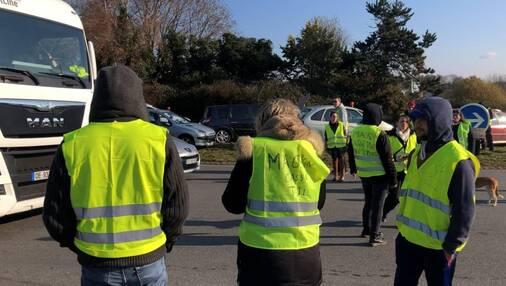 Les gilets jaunes restent mobilisés à Quimper, comme ici à Troyalac'h. Ce vendredi 23novembre à 18h30, ils ont ralenti la circulation sur le rond-point du Lududu.