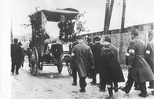 La mort une affaire publique. Funérailles d'un soldat français, soldats et civils suivant un corbillard 1914