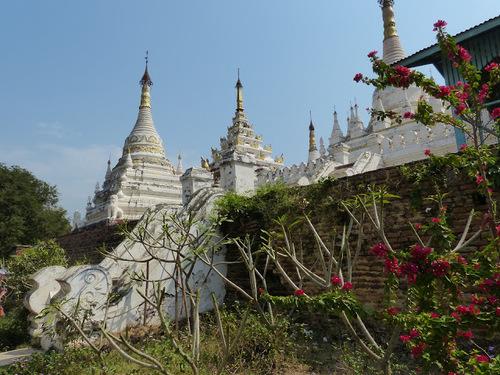 le stupa du monastère en brique Maha Aungmye Bonzan