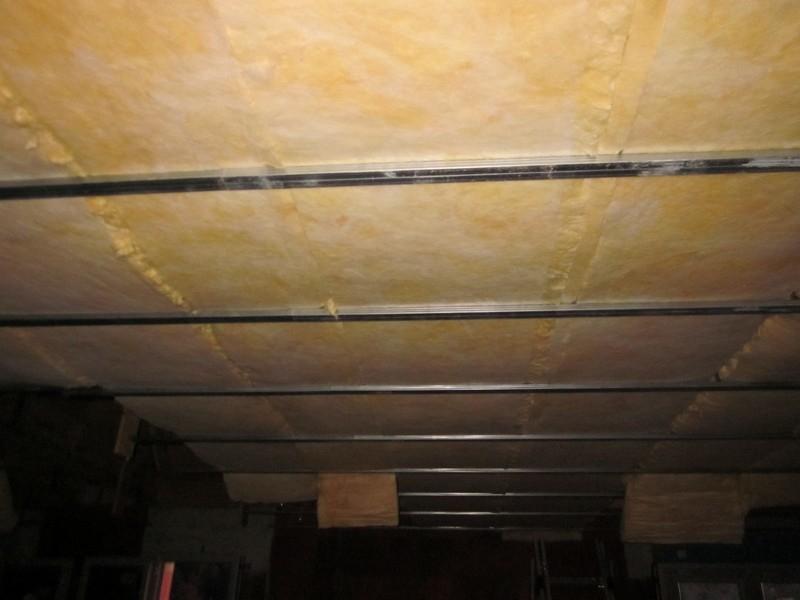 Pose de la laine de verre au plafond