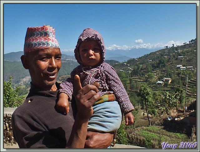 Blog de images-du-pays-des-ours : Images du Pays des Ours (et d'ailleurs ...), Traversée des collines entre Nagarkot et Katmandou: Regarde, le monsieur te prend en photo - Népal