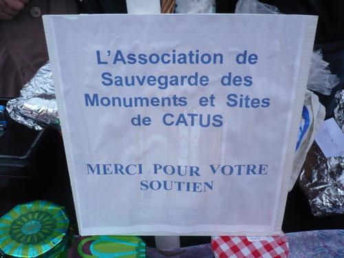 Vente de crêpes et autres gourmandises le Mardi Gras sur le marché de Catus