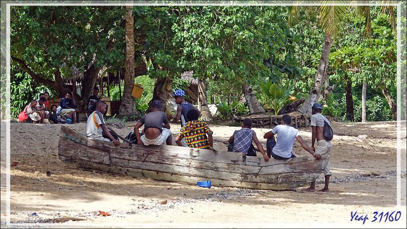 Quant aux adolescents, ils refont leur monde sur une pirogue en cale sèche - Nosy Sakatia - Madagascar