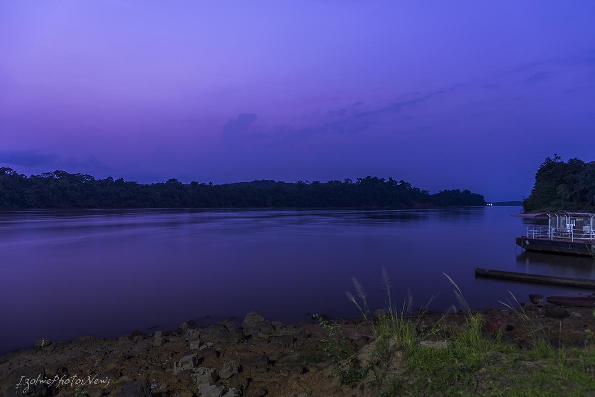 Le jour décline sur le fleuve, les villages s'illuminent