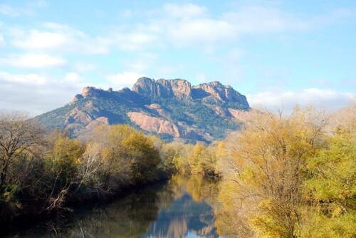 ncore les rochers et le petit lac au bord de l'Argens