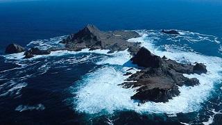 Une île, entre le ciel et l'eau ...