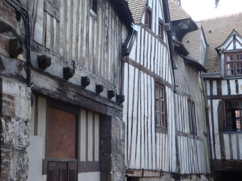 """L'Aître St Maclou à Rouen, et """"les marchands du temple""""..."""