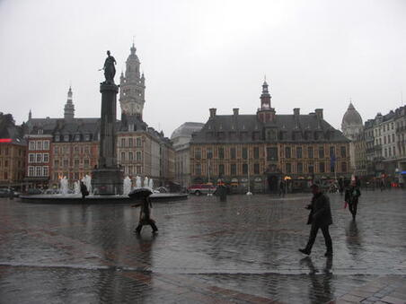 Lille-Grand-Place-Ancienne-bourse a droite.jpg