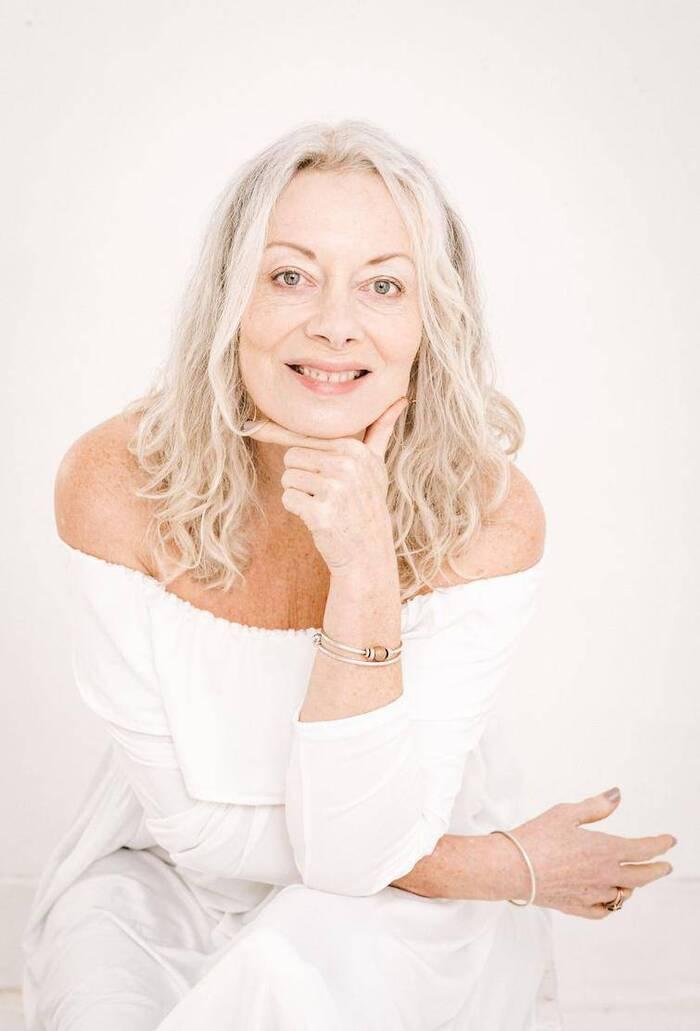 Portraits de femmes aux cheveux gris qui ont prouvé que les cheveux gris peuvent orner