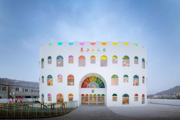 Des Centaines de Panneaux de Verre Arc-en-Ciel émettent un Kaléidoscope rotatif dans un Jardin d'Enfants en Chine