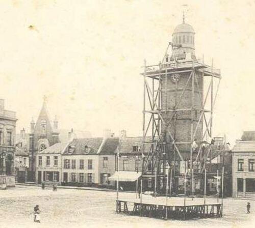 La place d'Armes en 1910 avec le Beffroi en travaux (Archives Municipales de Gravelines)