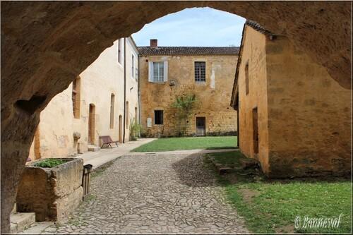 Abbaye de Cadouin Dordogne 12ème siècle la cour des communs