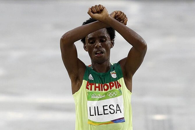 Feyisa Lilesa à l'arrivée du marathon. Photo AFP