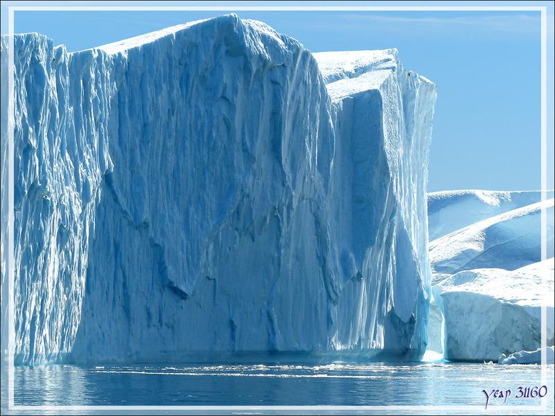 Navigation au milieu de gros icebergs et sous des falaises glacées impressionnantes - Ilulissat - Disko Bay - Groenland