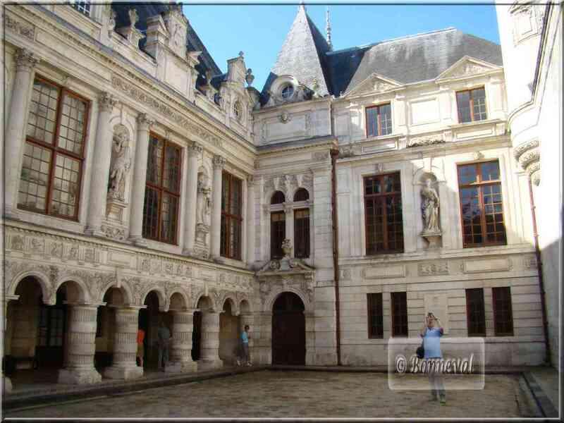 La Rochelle Hôtel de Ville cour intérieur et galerie aux arcades géminées