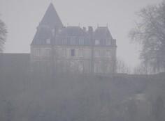 Le château de Montmirail dans la brume du matin