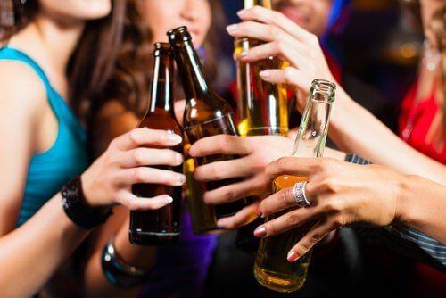 Ingerer-des-boissons-alcoolisees-en-exces-500x334