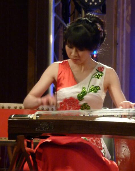 4---Cithare-et-percussion--Futian-Yabo-a-la-cithare.jpg