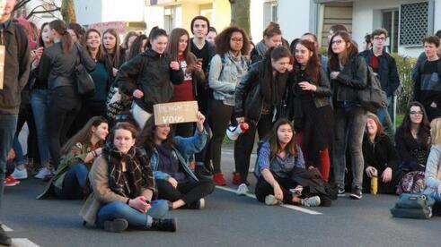 Entre 300 à 350 lycéens de La Pérouse-Kerichen ont protesté contre la suppression annoncée du troisième poste de conseiller principal d'éducation (CPE) en septembre.
