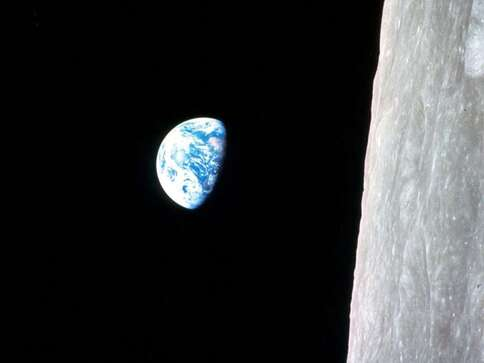 « Lever » de Terre au-dessus de la Lune. Photo prise par Apollo 8 en 1968. En fait, c'est le mouvement du vaisseau qui donne l'illusion que la Terre se lève ou se couche dans le ciel de la Lune car elle y apparaît fixe à un observateur immobile. © Nasa