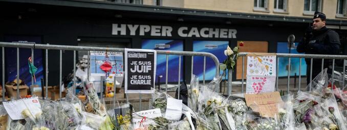 Des fleurs sont déposées le 20 janvier 2015 devant l'Hyper Cacher, à Paris, lieu de la prise d'otages perpétrée par Amedy Coulibaly.