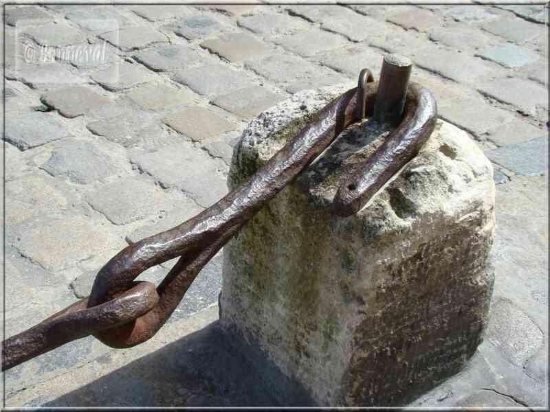 La Rochelle crochet de l'ancienne chaîne qui fermait le port