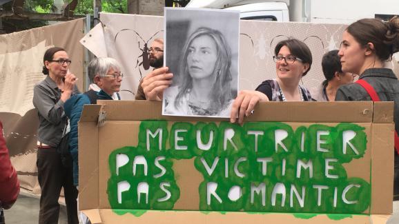 Quelques manifestantes devant la salle Stereolux, à Nantes (Loire-Atlantique), contre le concert de Bertrand Cantat, lundi 4 juin 2018.