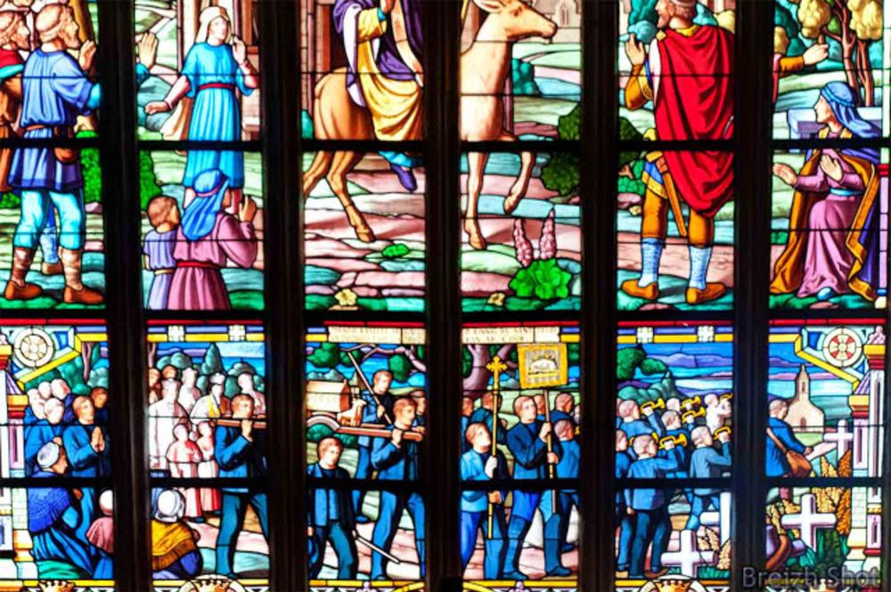Landeleau - Détail de vitrail représentant Saint-Théleau et la troménie