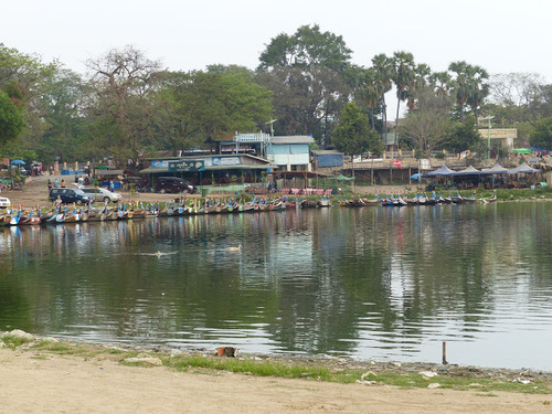 le pont d'U Bein en teck sur le lac Taungthaman, à Amarapura; les abords du lac;