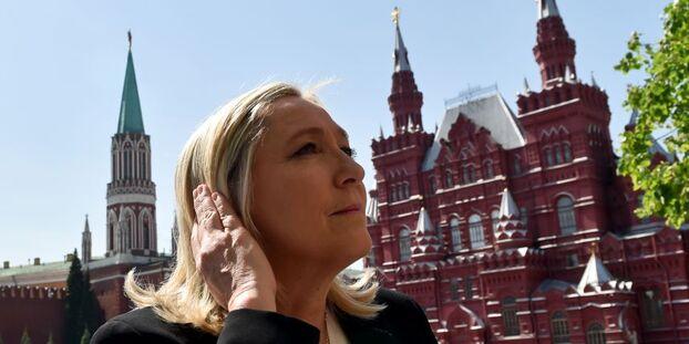 Marine Le Pen visite la place rouge de Moscou en mai 2015.