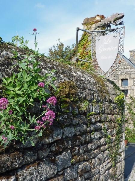 Locronan (Enseigne et vieux mur)