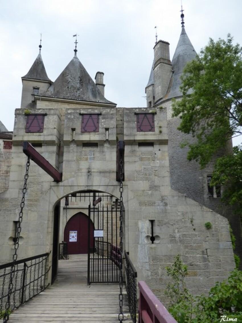 Le château de  la Rochepot ,