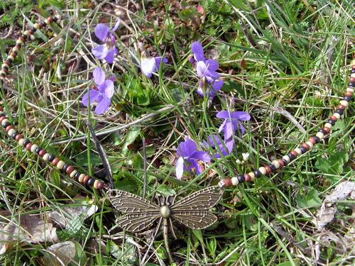 Collier sur le thème de la nature en perles de bois et son pendentif libellule