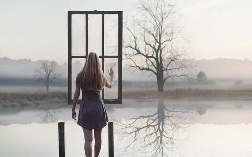 femme devant fenêtre suspendue dans l'air