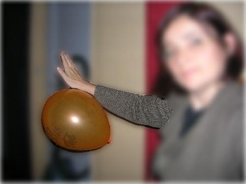 Comment ne pas faire tomber un ballon  de baudruche sans le toucher ?