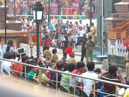 relève de la garde à la frontière indo-pakistanaise; le côté pakistanais;