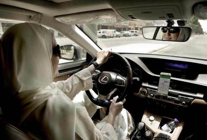 Sur cette photo, Ammal Farahat, devenue chauffeure pour la compagnie Careem, l'équivalent local de Uber, ici à Riyadh, le 24 juin 2018.