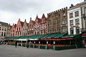 10. Bruges - Grand-Place - maisons a pignons a redans