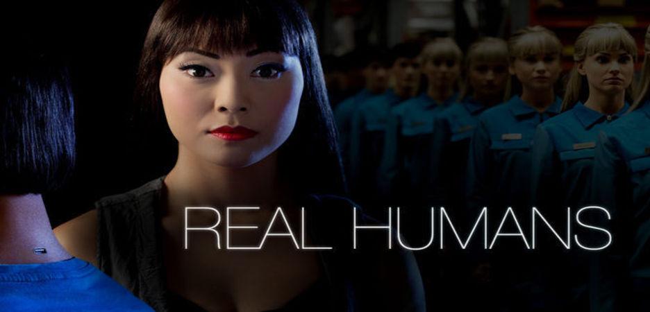 """Real Humans : Äkta Människor (""""les véritables humains"""") se situe dans un monde parallèle où les robots humanoïdes (Hubot) sont devenus des machines courantes dans la société. Ces Hubots sont très réalistes et sont configurés de telle sorte à remplir une large demande. S'adaptant à tous les besoins humains, de la simple tâche ménagère à des activités plus dangereuses voire illégales, la société semble en dépendre. Une partie de la population refuse alors l'intégration de ces robots tandis que les machines manifestent des signes d'indépendance et de personnalité propre. ...-----... la serie : Suédoise  Titre original : Äkta människor  Saison : 2 saisons  Episodes : 20 épisodes  Statut : En production. Une saison 3 a déjà été commandée  Réalisateur(s) : Lars Lundström  Acteur(s) : Lisette Pagler, Pia Halvorsen, Johan Paulsen  Genre : Science fiction  Critiques Spectateurs : 4.3"""