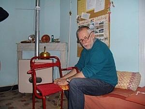 Fr Hubert répare une chaise