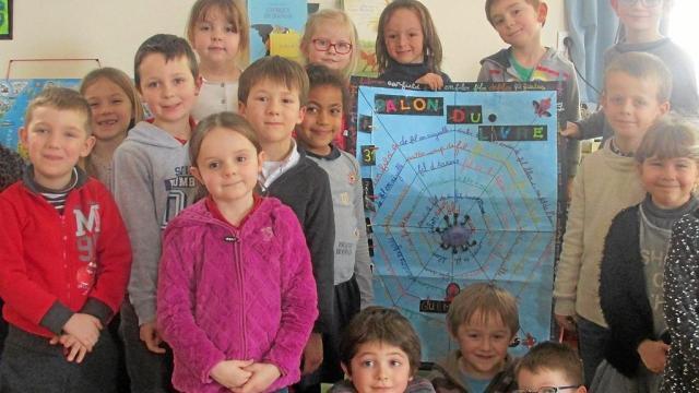 Les élèves de grande section et CP de l'école Saint-Jean ont remporté le 1er prix du concours d'affiches organisé dans le cadre du Salon du livre jeunesse. Le thème était Les mots en fil. Les écoliers ont enrichi leur vocabulaire en travaillant sur des mots et expressions en fil.
