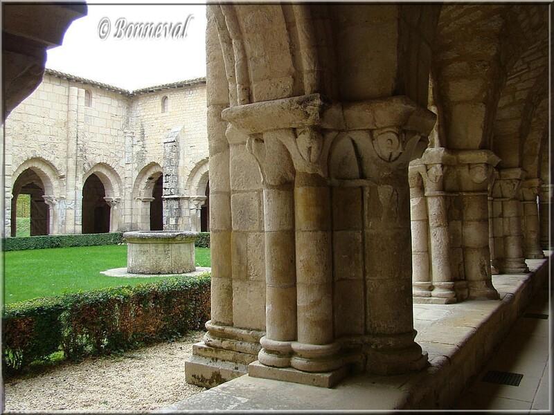 Abbaye de Nieul-sur-l'Autise Vendée le cloître roman et ses chapiteaux