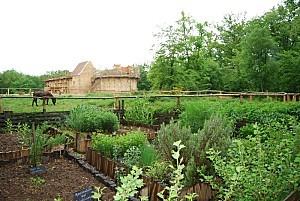 Guédelon le jardin au simple
