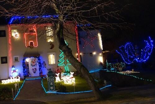 Wolu100 : Belle illumination de Noël avenue du Capricorne