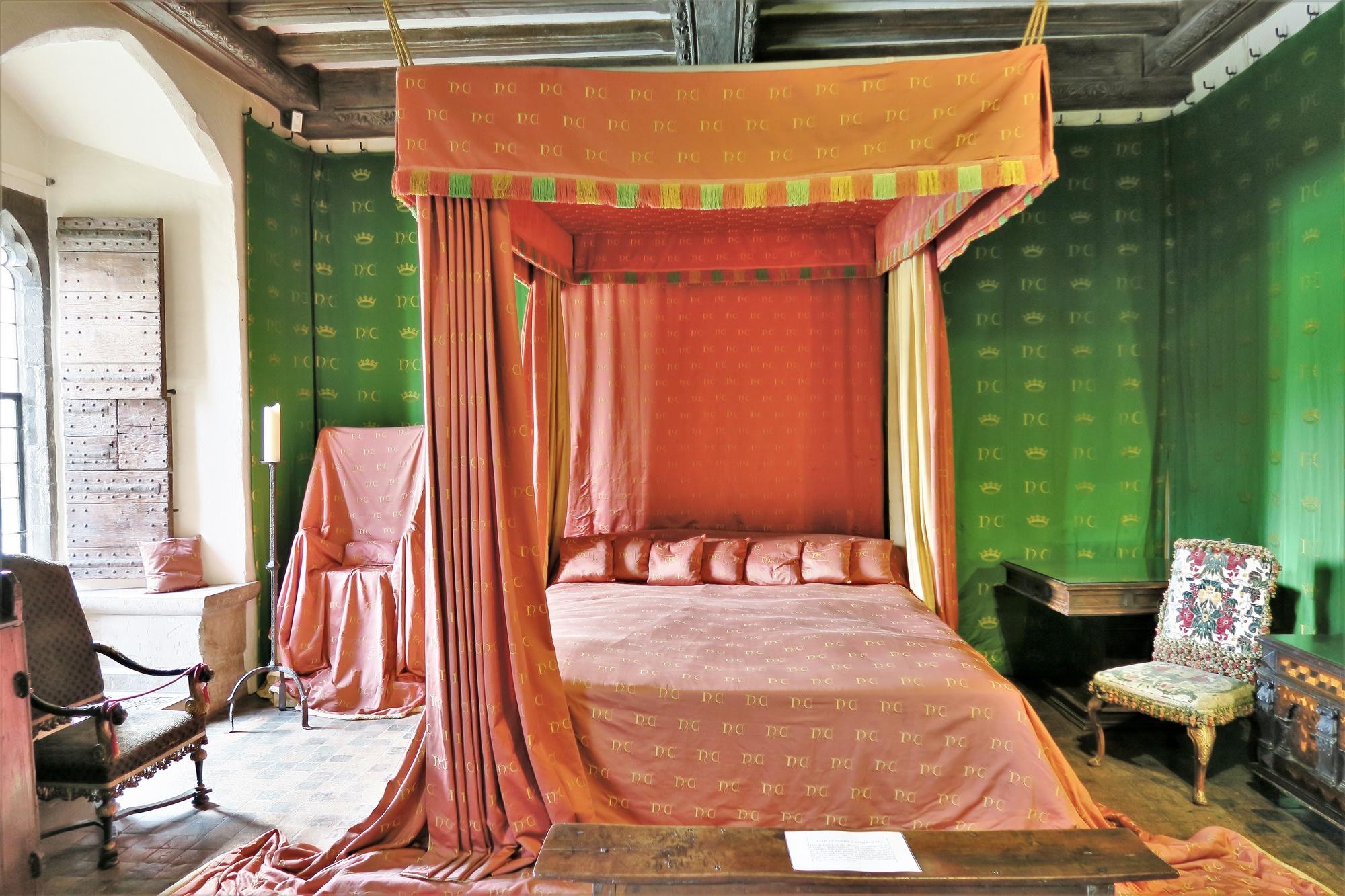 La chambre de la reine : reconstitution telle qu'elle était en 1420. Elle servait peu et n'était là que pour impressionner les visiteurs.