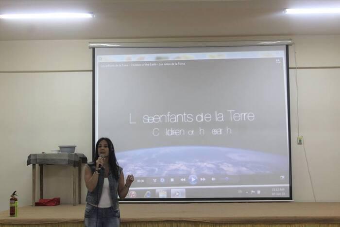 Les EB3 expriment leur attachement à la Terre en jouant des saynètes drôles et informatives.