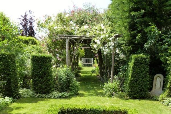 le-jardin-de-theo---mai-2014---perspective-sous-les-pergol.jpg